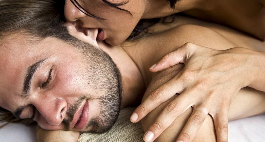 Mujer dándole un masaje a su pareja