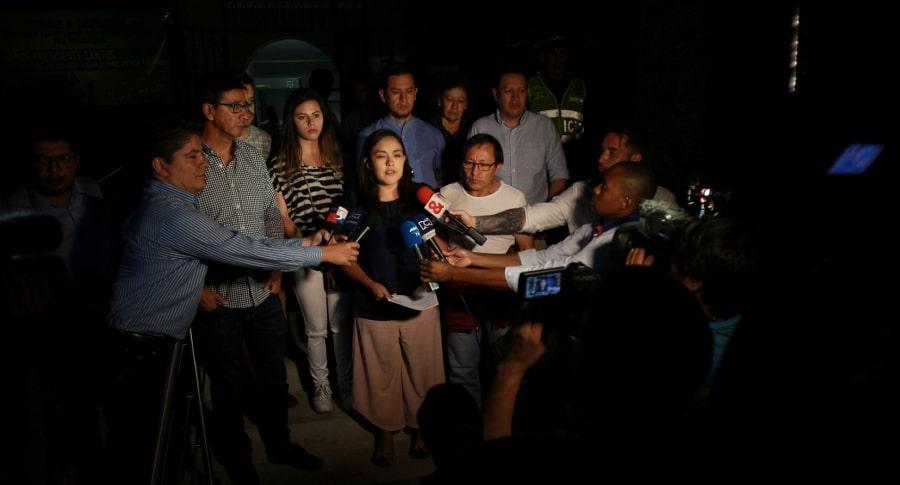 Familiares de los periodistas ecuatorianos llegan a identificación de cuerpos