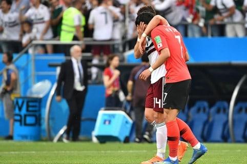 Javier consuela al jugador Son Heung Min
