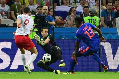 David Ospina atajando un cobro a Lewandowski
