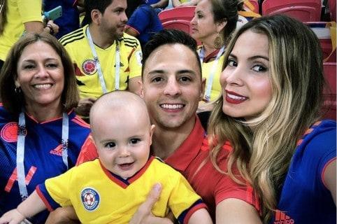 Santiago Arias, futbolista, con su esposa Karin Jiménez, su hijo Thiago y su mamá Mónica Naranjo.