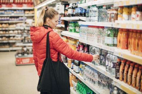 Mujer comprando agua