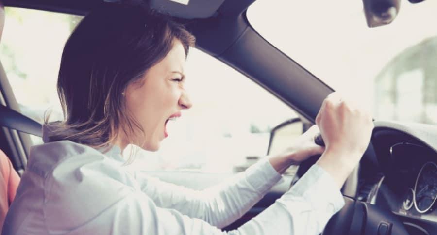 Mujer conduce con ira.