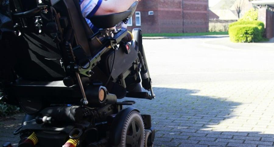 Hombre en silla de ruedas eléctrica.