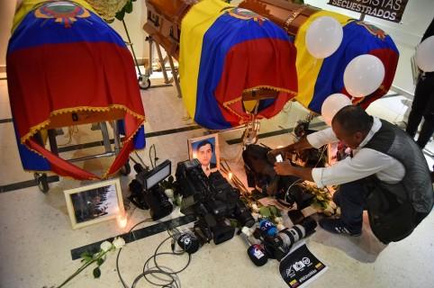 Equipo de prensa ecuatoriano es velado en cámara ardiente antes de su partida mañana a Ecuador