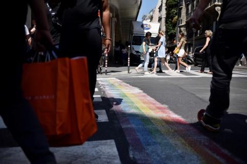 Paso peatonal en París, pintado con la bandera gay