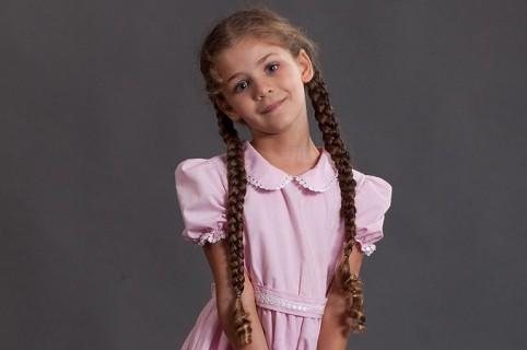 Isabella Damla Güvenilir, interpretando a Elif.