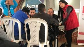 Vendedores informales participando en feria de empleo del Distrito