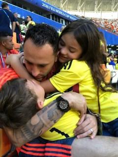 David Ospina, arquero, con su hermana Daniela Ospina, modelo, y sus hijos, Dulce y Max.