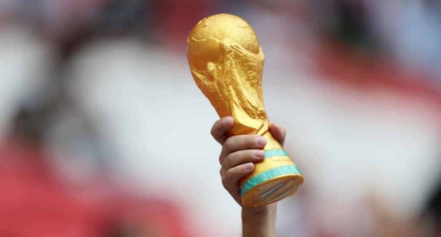 Hincha con una réplica del trofeo del Mundial