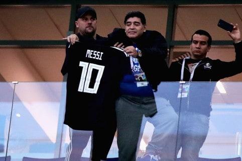 Diego Maradona con la camiseta de Lionel Messi