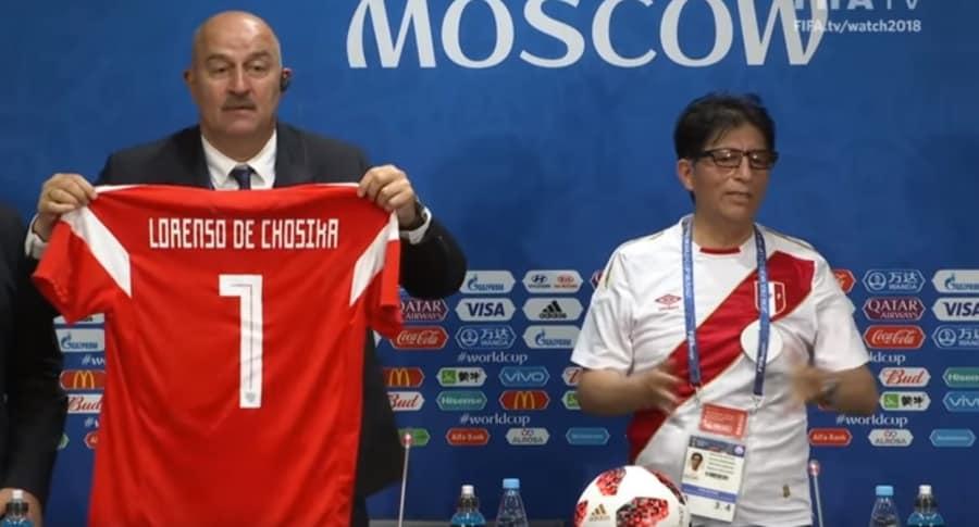 Stanislav Cherchésov  con la camiseta del periodista Lorenzo de Chosica
