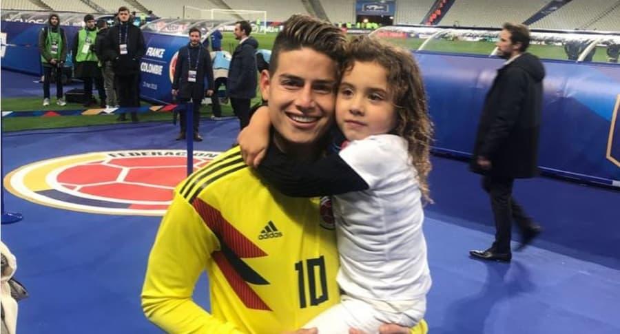 James Rodríguez, futbolista, con su hija, Salomé.