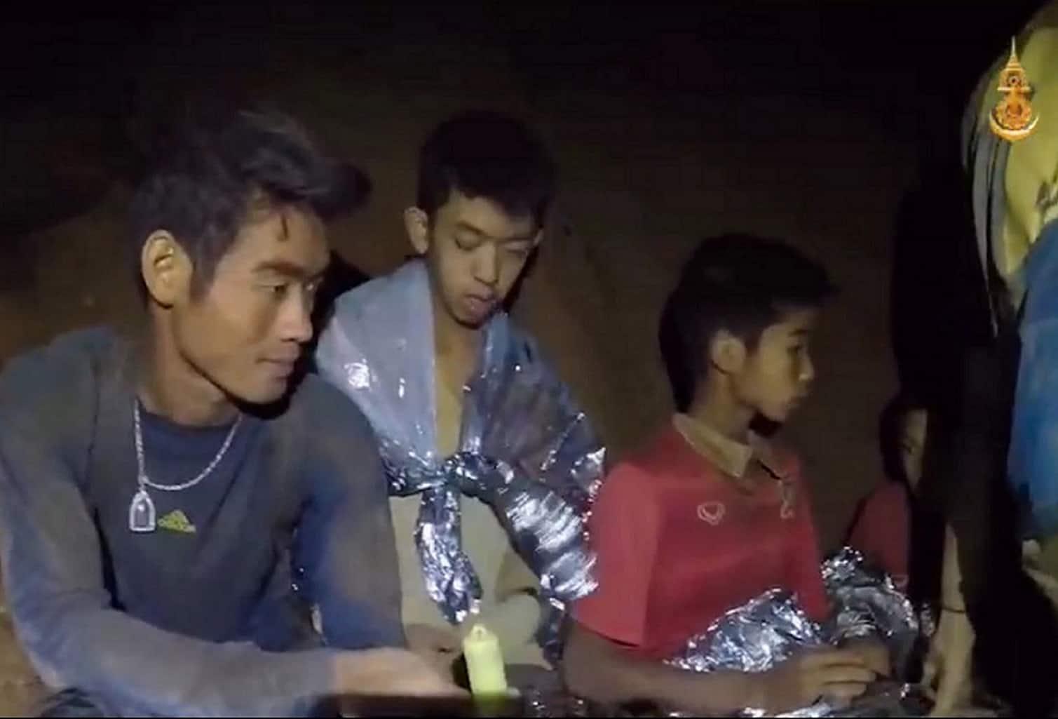 Operación de rescate de miembros de un equipo de fútbol continúa en Tailandia