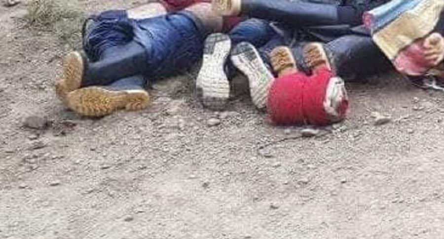 Personas tiradas en el piso