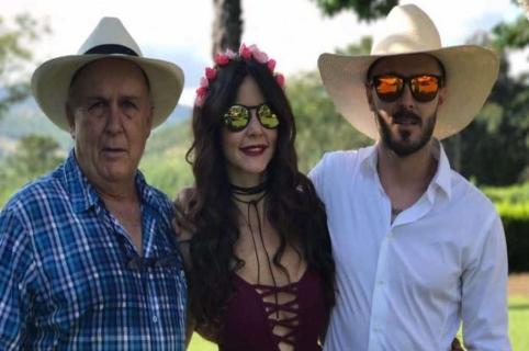 'Chinche' Mejía con su nuera 'Maleja' restrepo, actriz, y su hijo 'Tatán' Mejía, motocrosista.