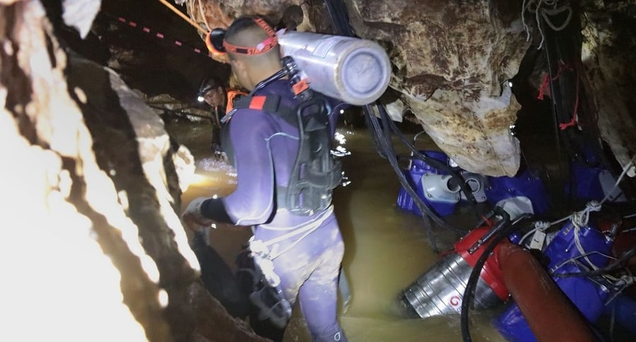 Rescatistas en la cueva de Tailandia