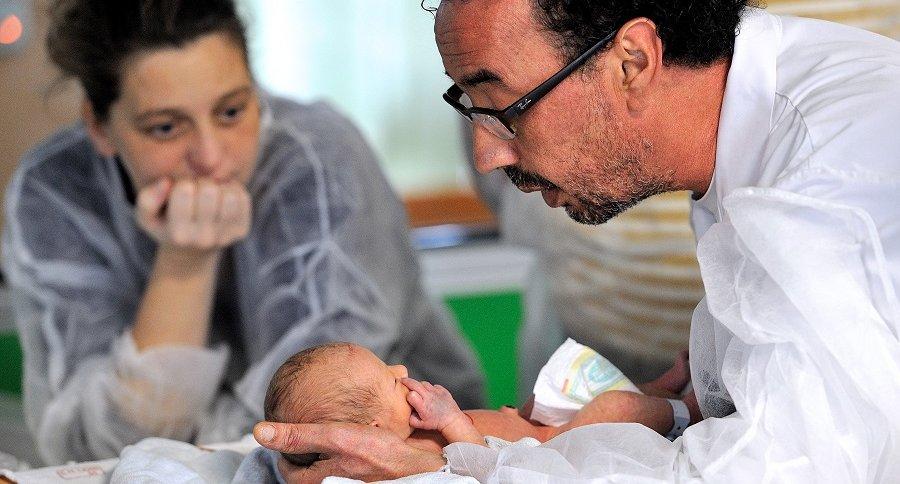 Hombre con un bebé