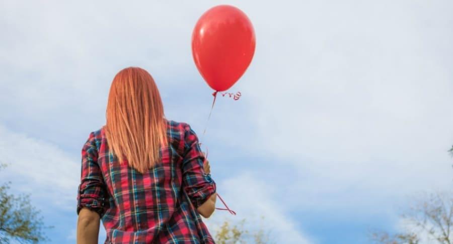 Mujer con un globo de helio.