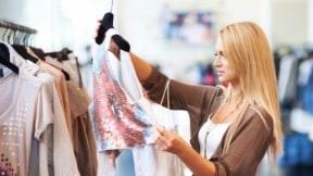 Mujer comprando ropa