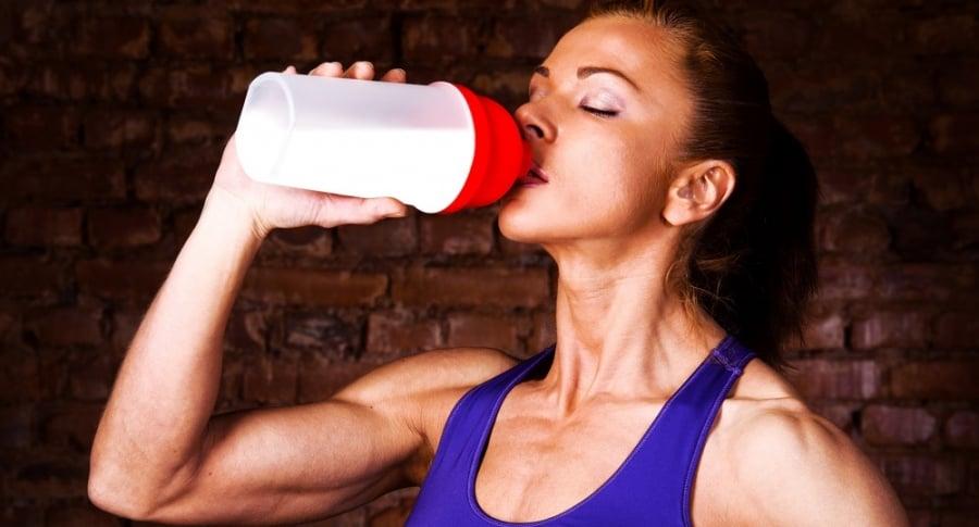 Mujer hidratandose