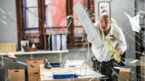 Hombre destruye oficina.