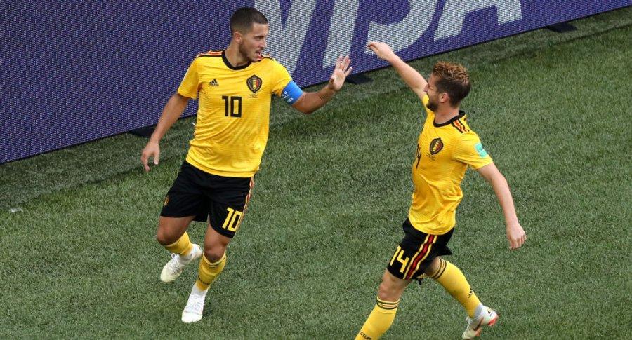 Eden Hazard celebra con Dries Mertens