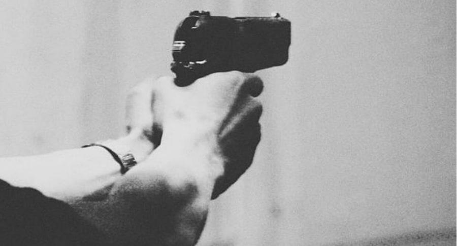 Hombre empuñando arma