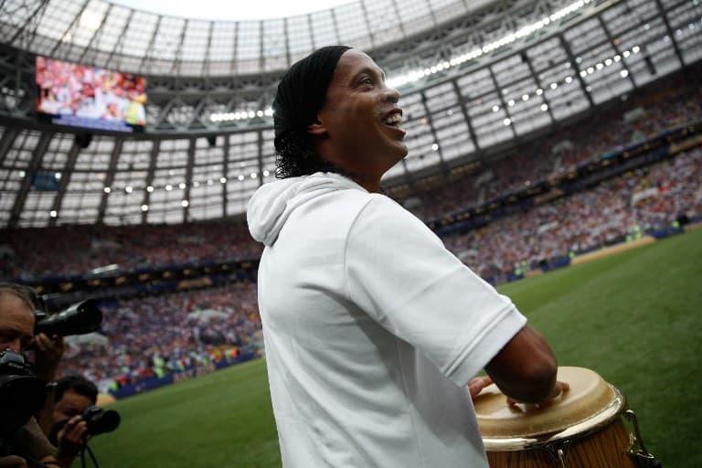 Ronaldinho durante la clausura del Mundial de Rusia.
