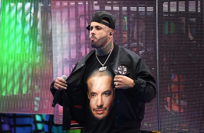 Nicky Jam usando una camiseta con la cara de J. Balvin