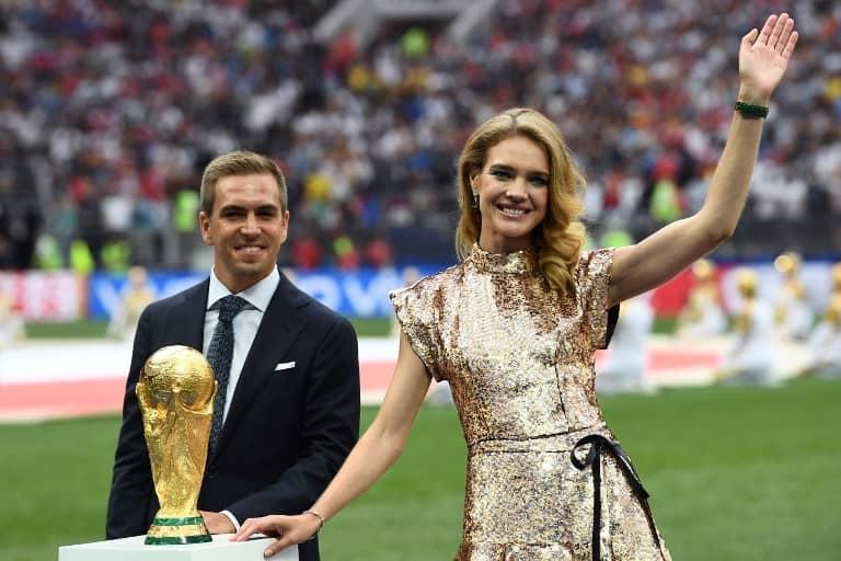 Philipp Lahm entrega la Copa del Mundo