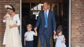 Kate Middleton y su esposo el príncipe William con sus hijos (izq. a der) Louis, George y Charlotte