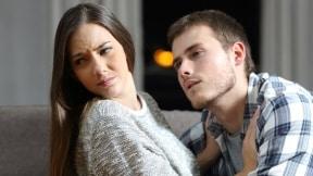 Hombre acosando a mujer