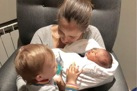 Laura Acuña, presentadora, con sus hijos Helena y Nicolás.