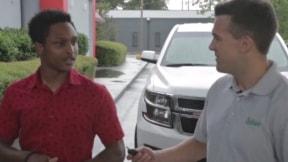 Jefe le regala su carro a empleado.