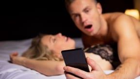 Hombre revisando su celular mientras esta con su pareja