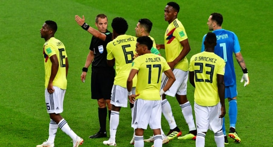 Jugadores de Colombia y el árbitro Mark Geiger