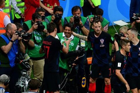 Yuri Cortez recibiendo las disculpas de jugadores croatas en el Mundial.