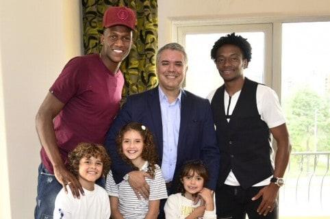 Yerry Mina y Juan Guillermo Cuadrado con Iván Duque y sus hijos