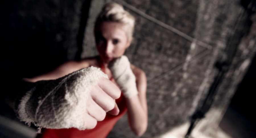Luchadora de artes marciales.