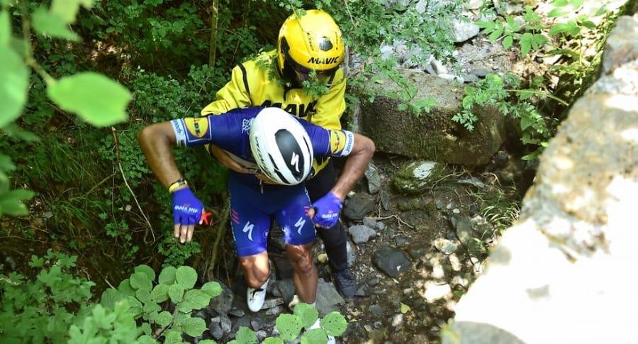Rescate a Philipe Gilbert tras su caída en la etapa 16