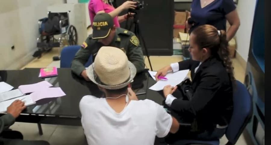 El joven infractor, de sombrero