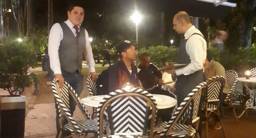 Embolador atendido en restaurante de Bogotá