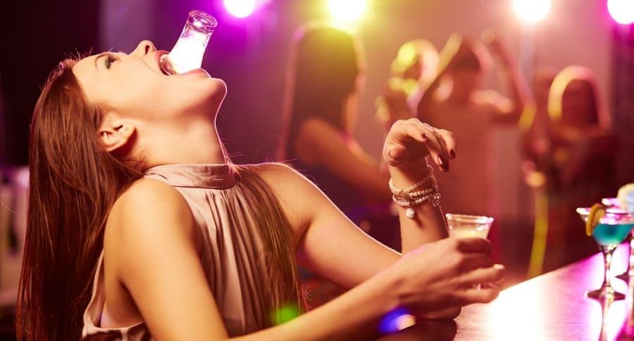 Mujer bebiendo tequila