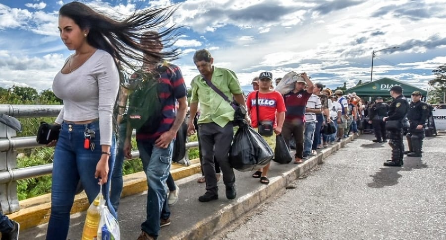 Venezolanos cruzando la frontera hacia Colombia