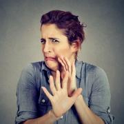 Mujer con cara de asco