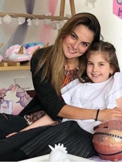 Catalina Gómez, presentadora, con su hija Emilia.