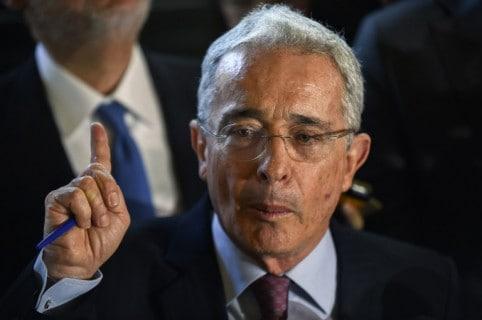 Enojo de Álvaro Uribe con periodista que lo trató de evasivo
