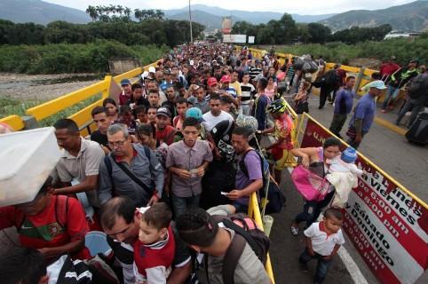 Venezolanos pasan la frontera hacia Colombia