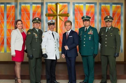 Oficiales en inauguración iglesia cienciología Bogotá